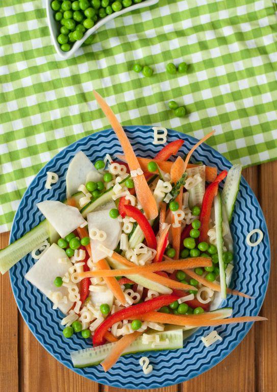 Kolorowa układanka z literek i warzyw