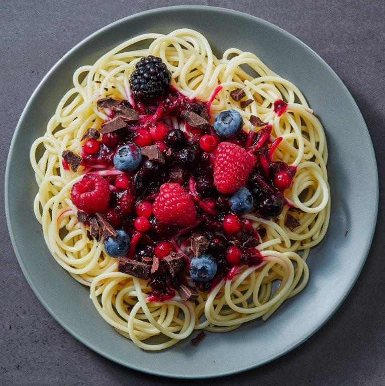 Spaghetti z sosem z owoców leśnych i czekoladą